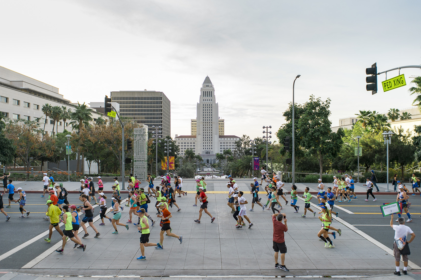 runners-la-marathon-city-hall