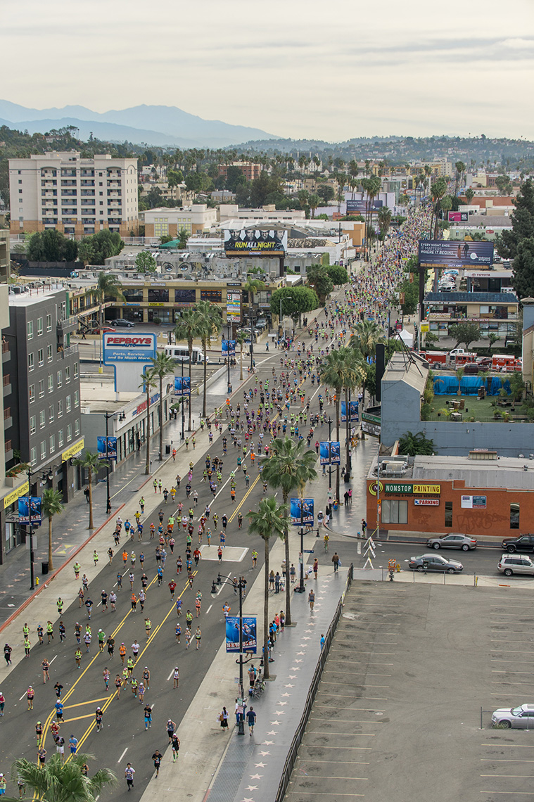 runners-la-marathon-hollywood-blvd